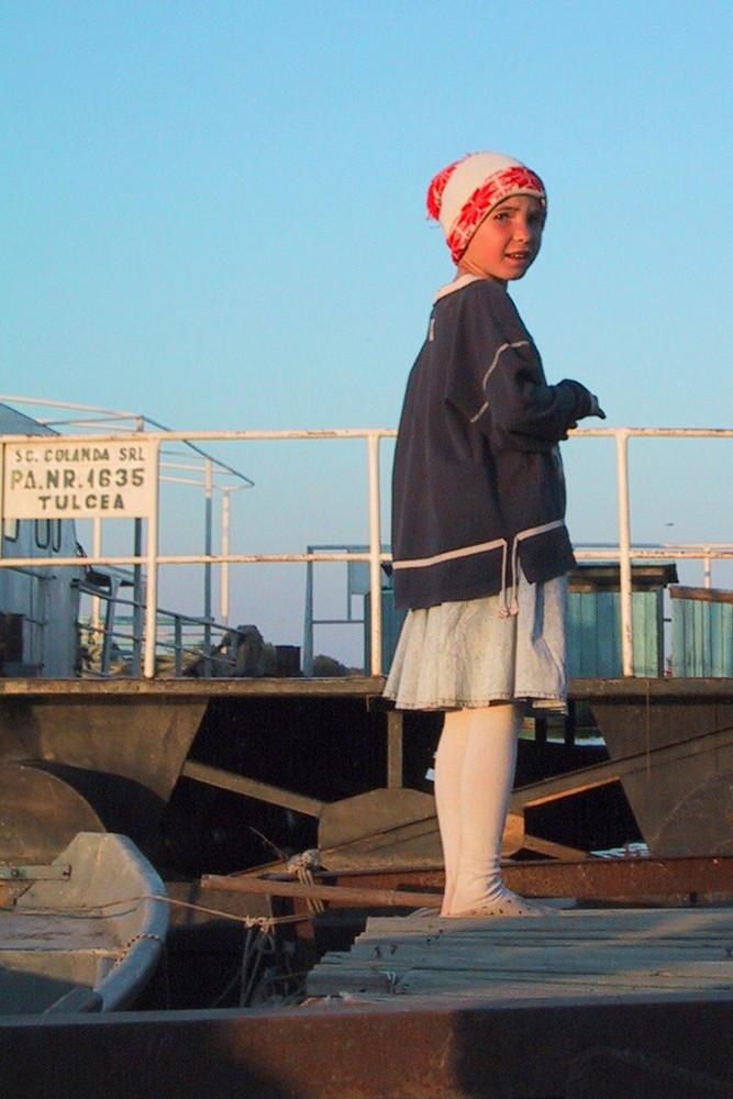 Kind am Hafen im Donaudelta