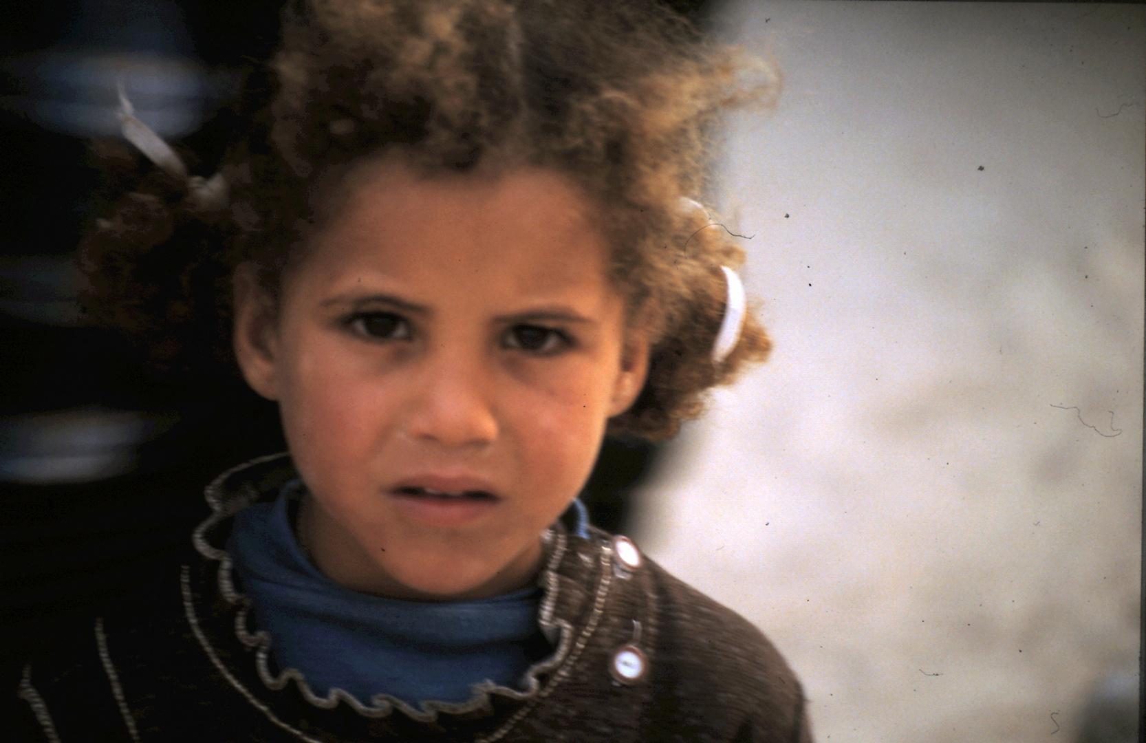 Kind am Rande der Sahara/Tunesien