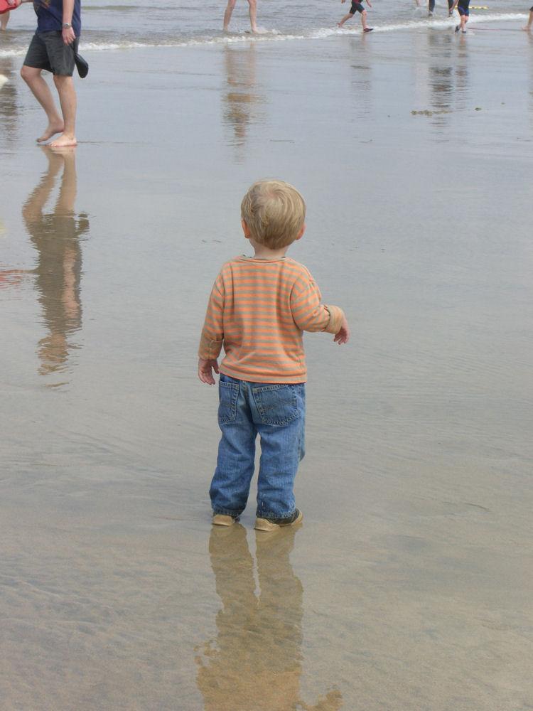 Kind am Strand von Perranporth/England