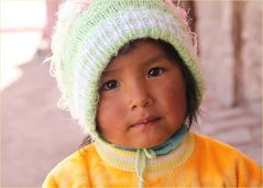 Kind auf Dorfplaza  ... in Peru