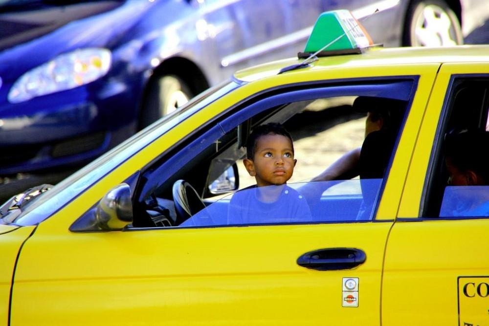 Kind im Taxi