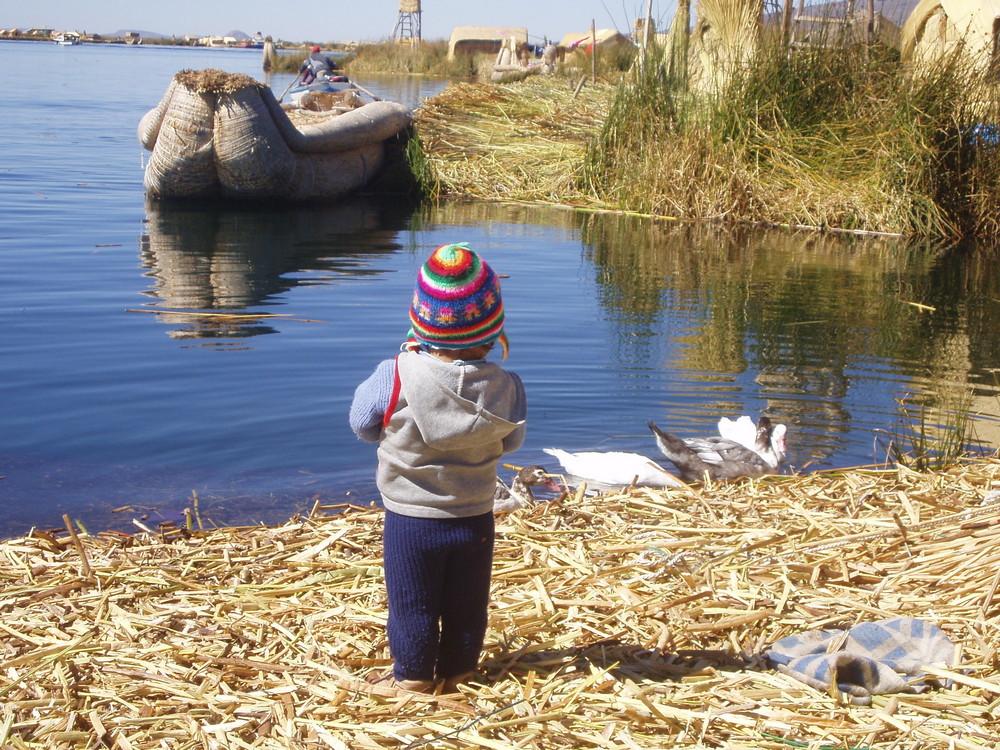 Kind im Titicaca