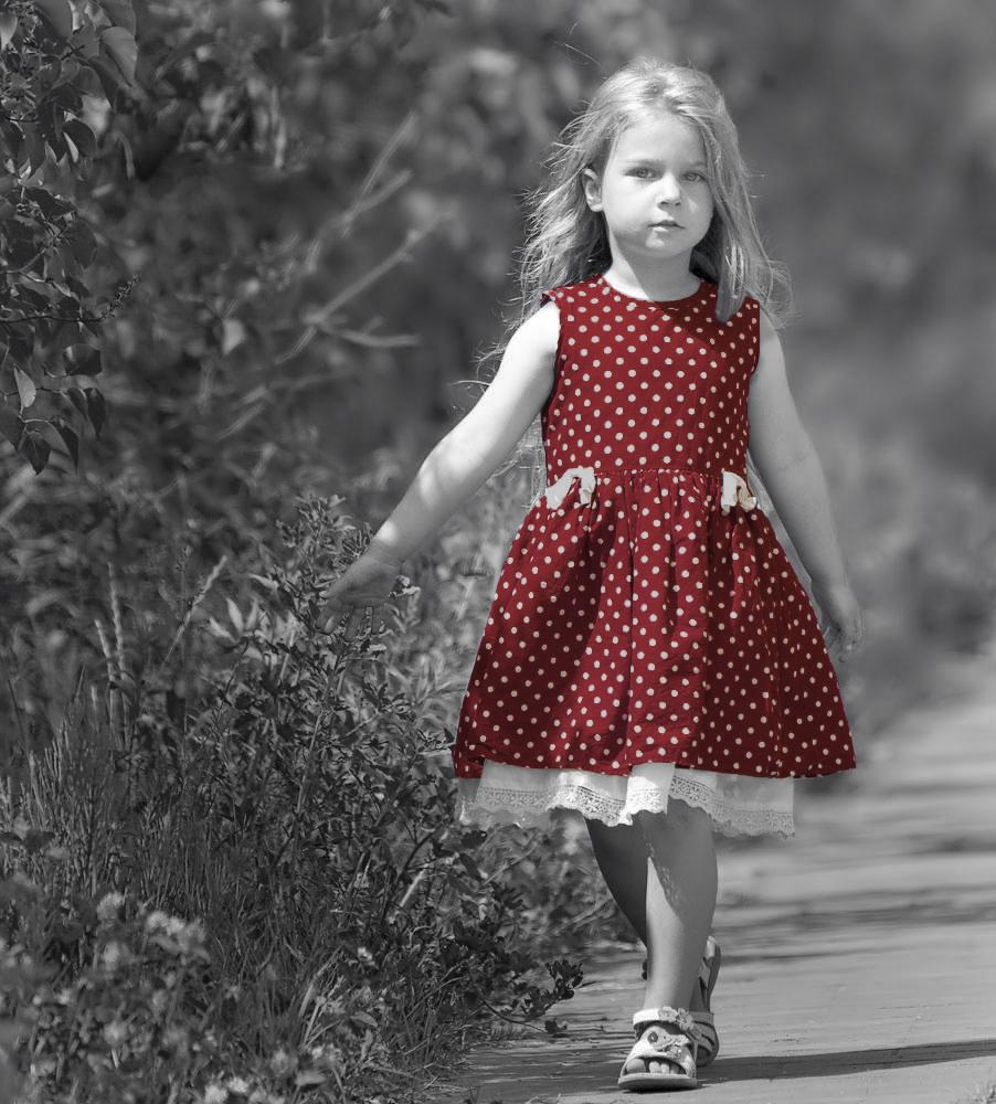 Kind läuft Straße herunter