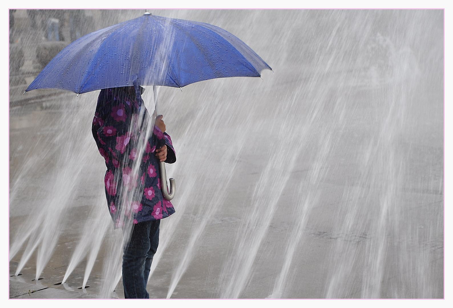 Kind mit blauem Schirm