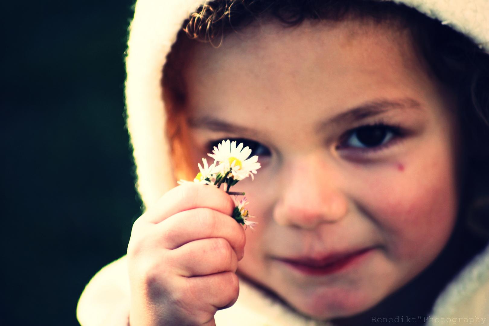 Kind mit Gänseblümchen