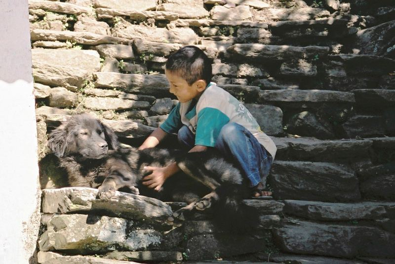 Kind mit Hund in Nepal