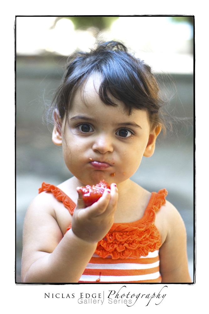 Kind mit Tomate