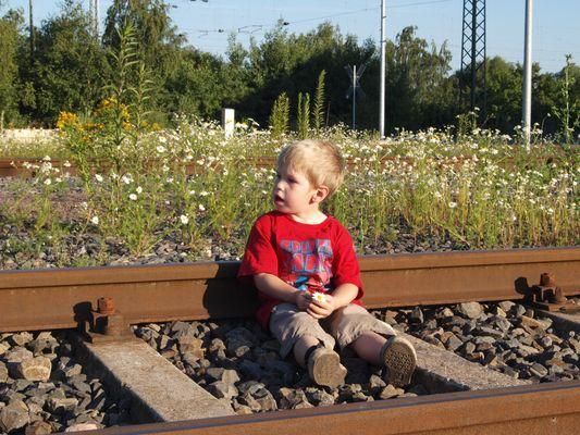 Kind spielt im Gleis
