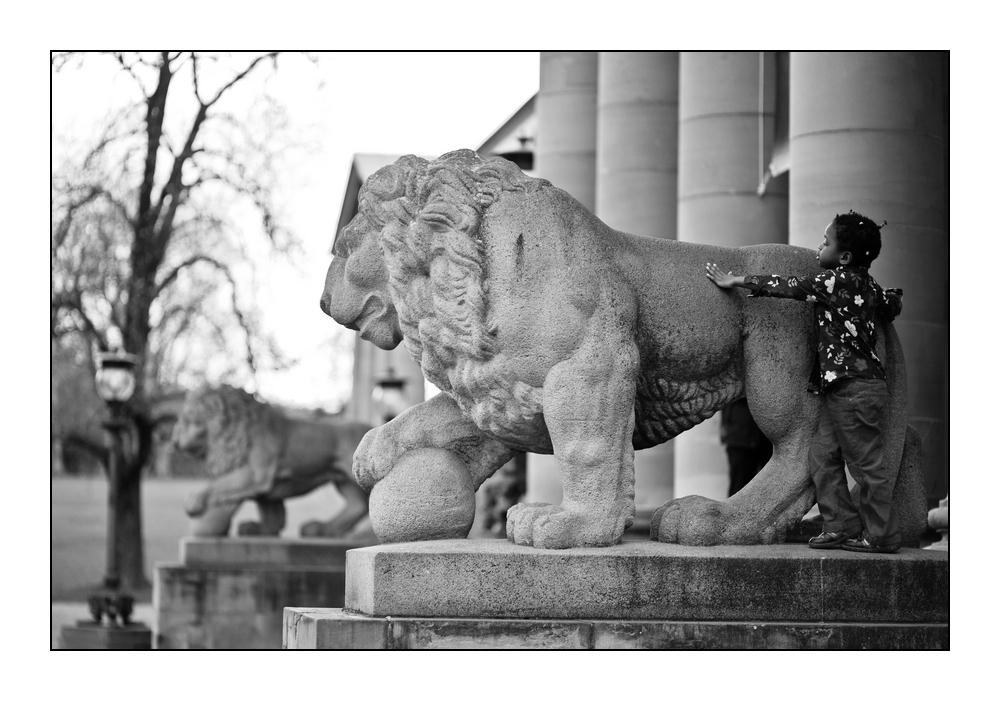 Kind und Löwe
