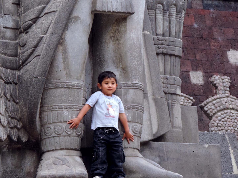 Kind vor dem großen Nezahualcóyotl