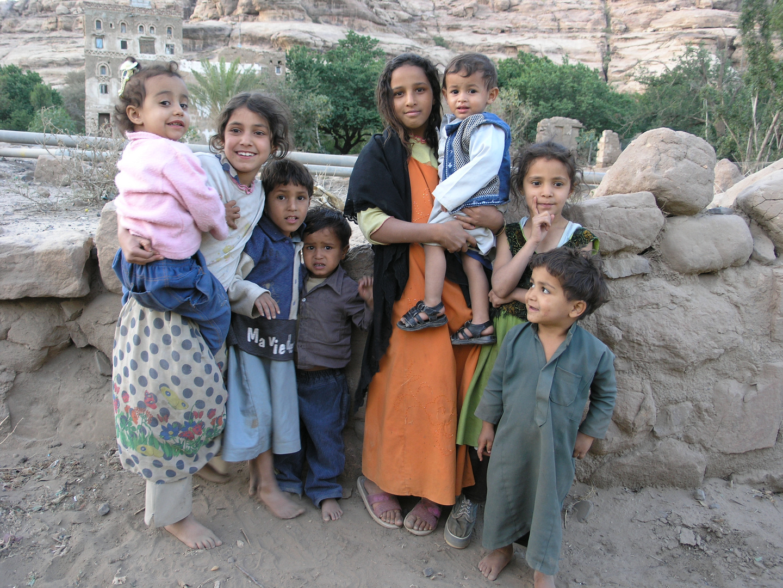 Kinder am Dar-Al-Hajar Palast