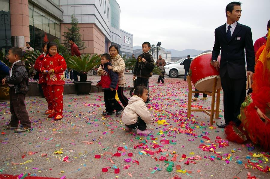 Kinder am Rande einer Hochzeitszeremonie