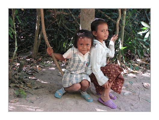 Kinder auf Lianenschaukel
