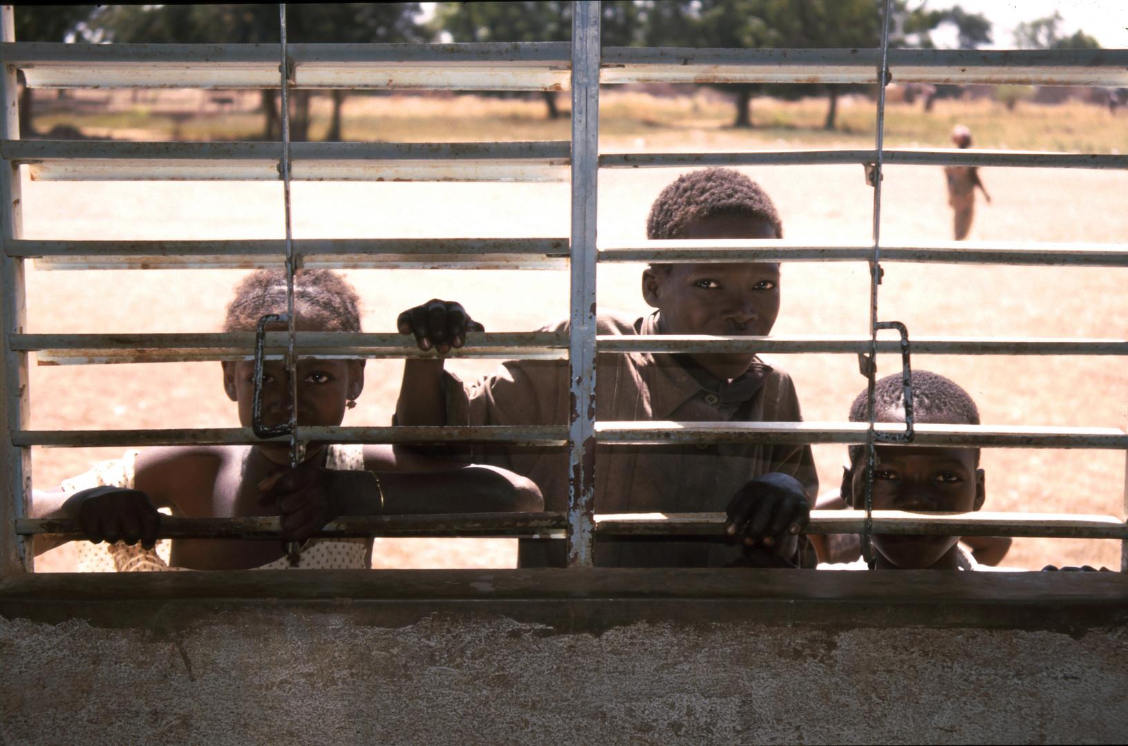 """Kinder beim """"Outdoor""""-Schulbesuch in Burkina Faso (Westafrika)"""