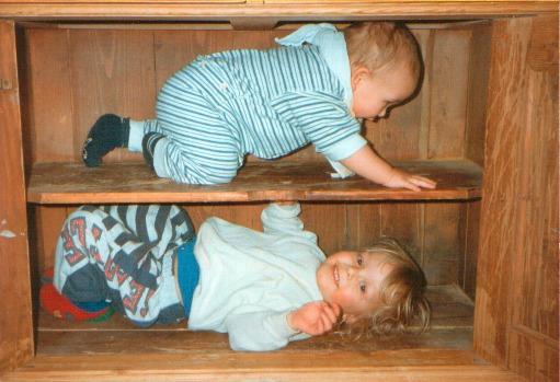 Kinder im Schrank