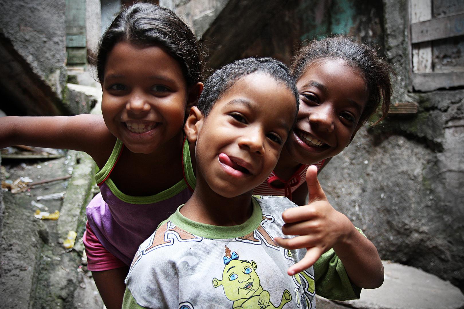 Kinder in der Favela Rocinah - Rio de Janeiro