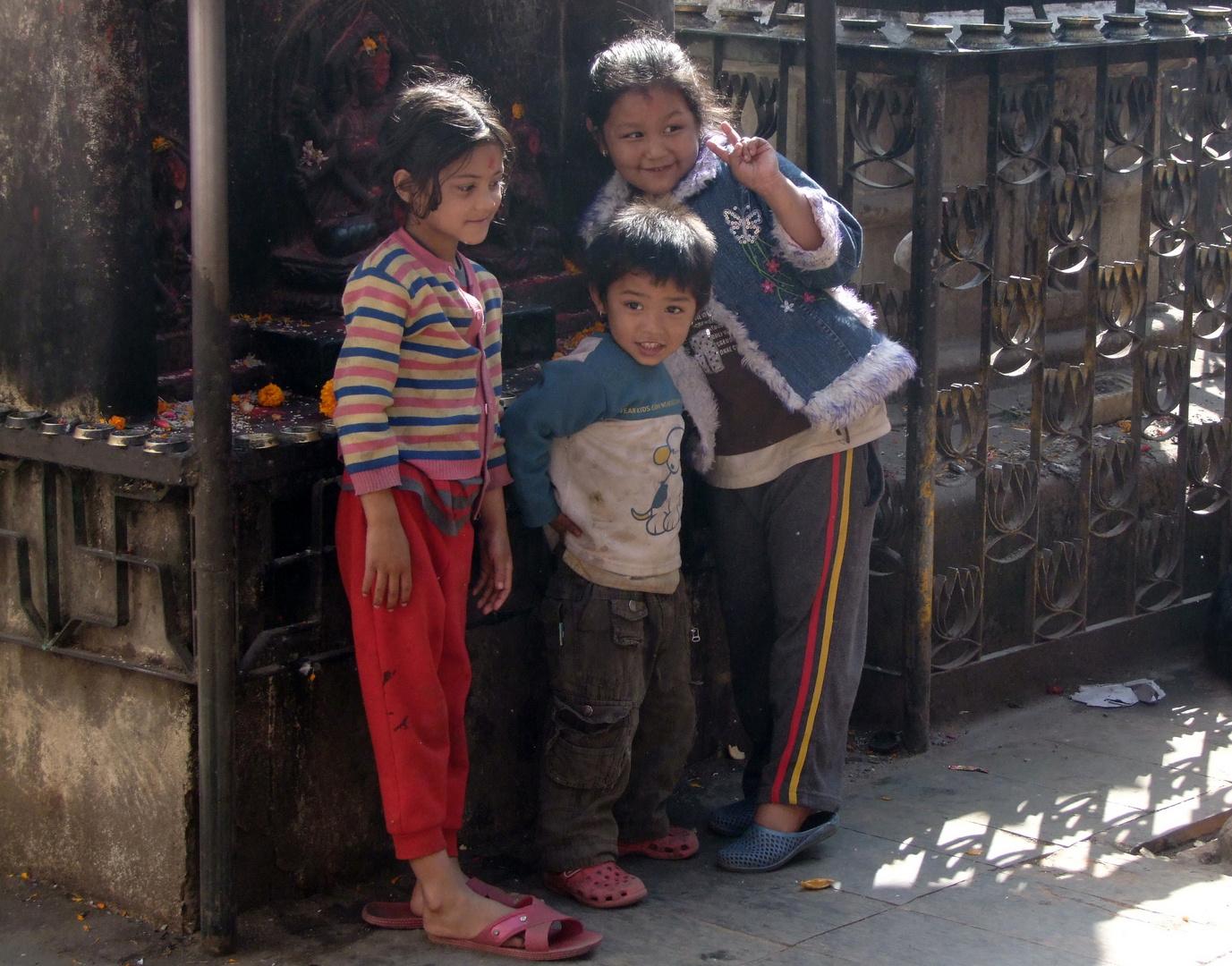 Kinder in einem hinduistischen Heiligtum