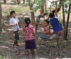 Kinder mit Schaukel in Mandalay