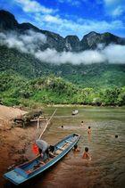Kinder spielen am und im Nam Ou River
