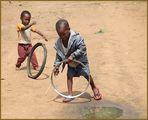 Kinder spielen mit Reifen ... in Sambia