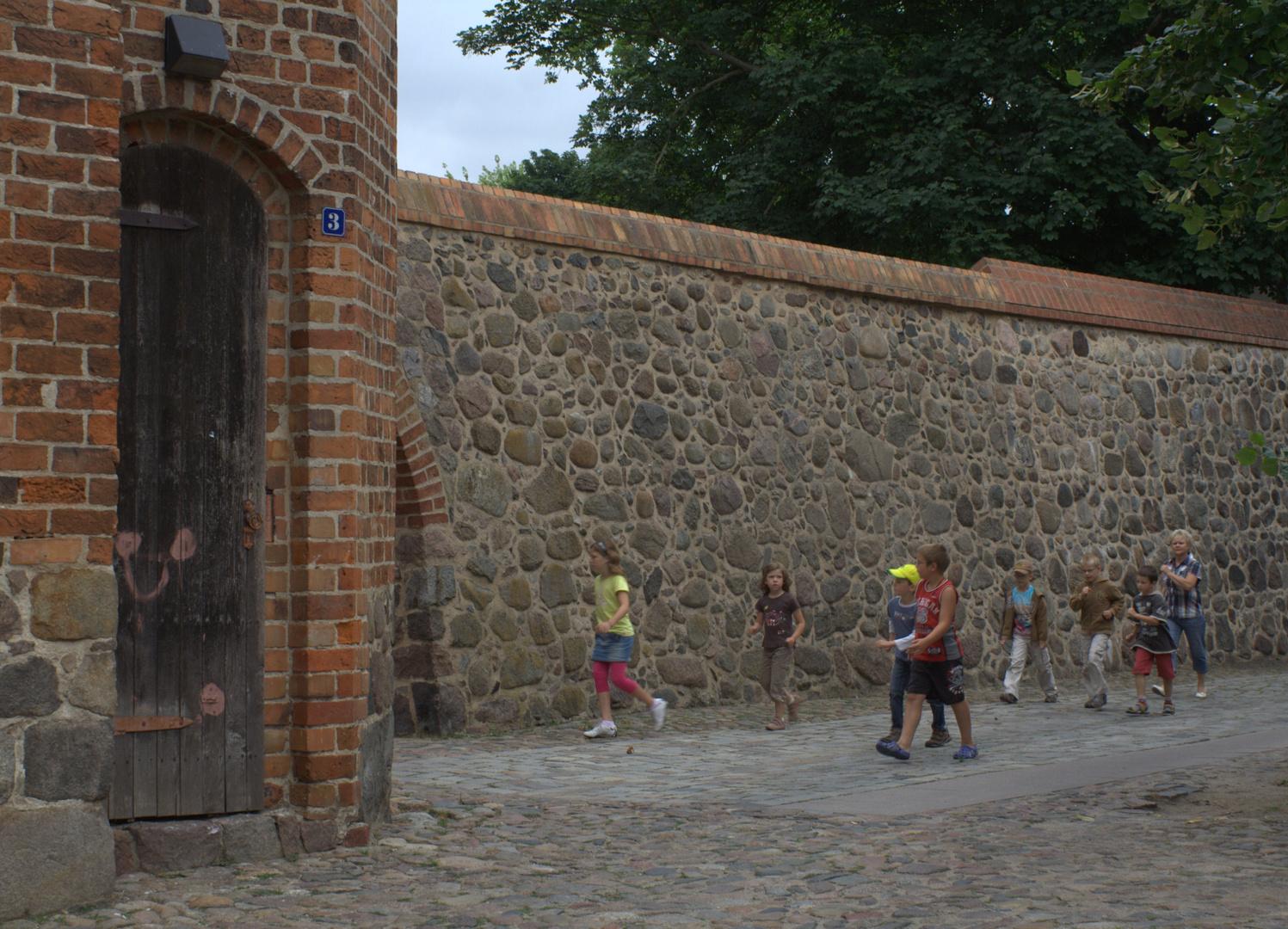 Kinder stürmen Neubrandenburg, allerdings von der Stadtseite aus