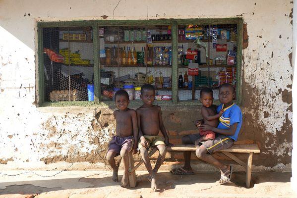 Kinder vor dem Shop