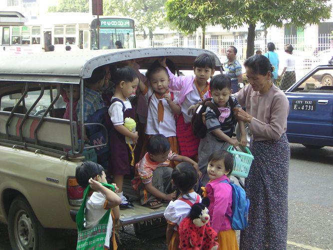 Kindergartenbus in Yangon