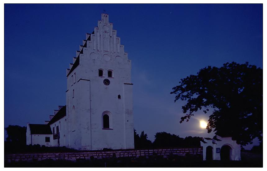 Kirche auf Mon bei Mondschein
