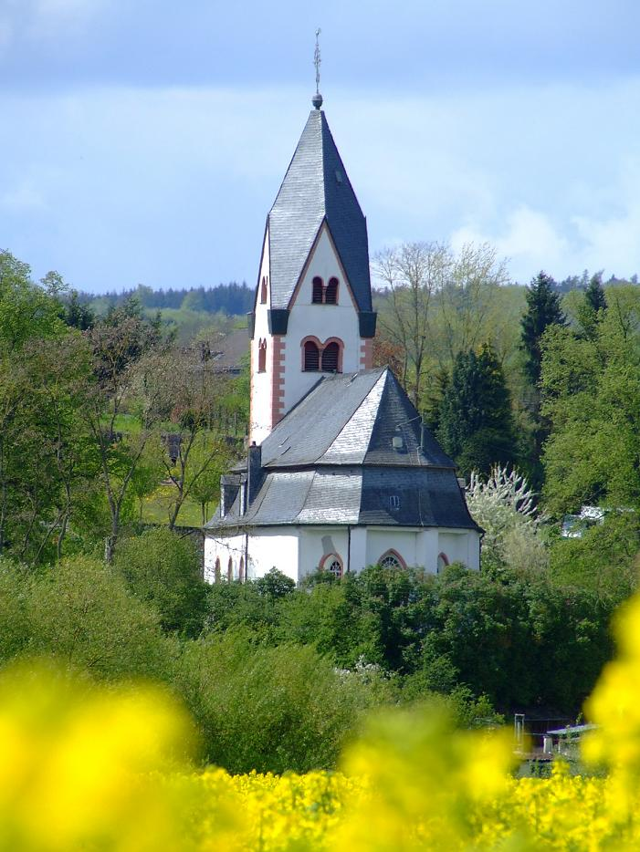 Kirche aus dem Rapsfeld