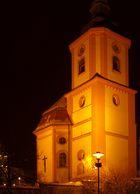 Kirche bei Nacht beleuchtet