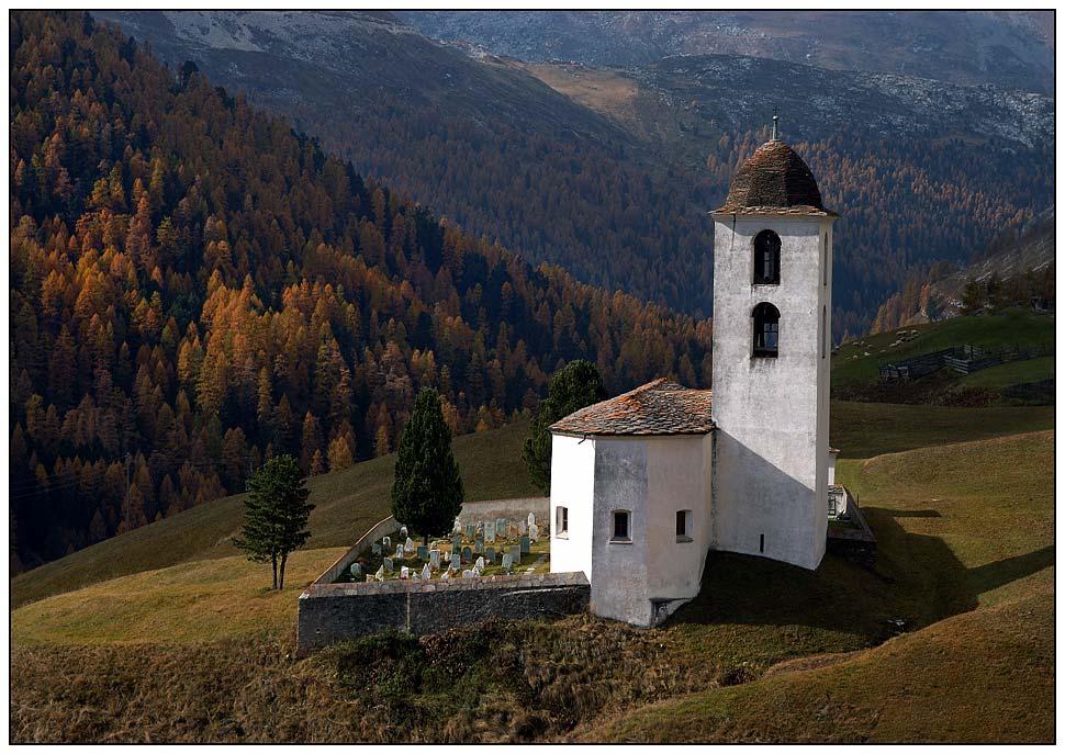 Kirche in der Herbstlandschaft