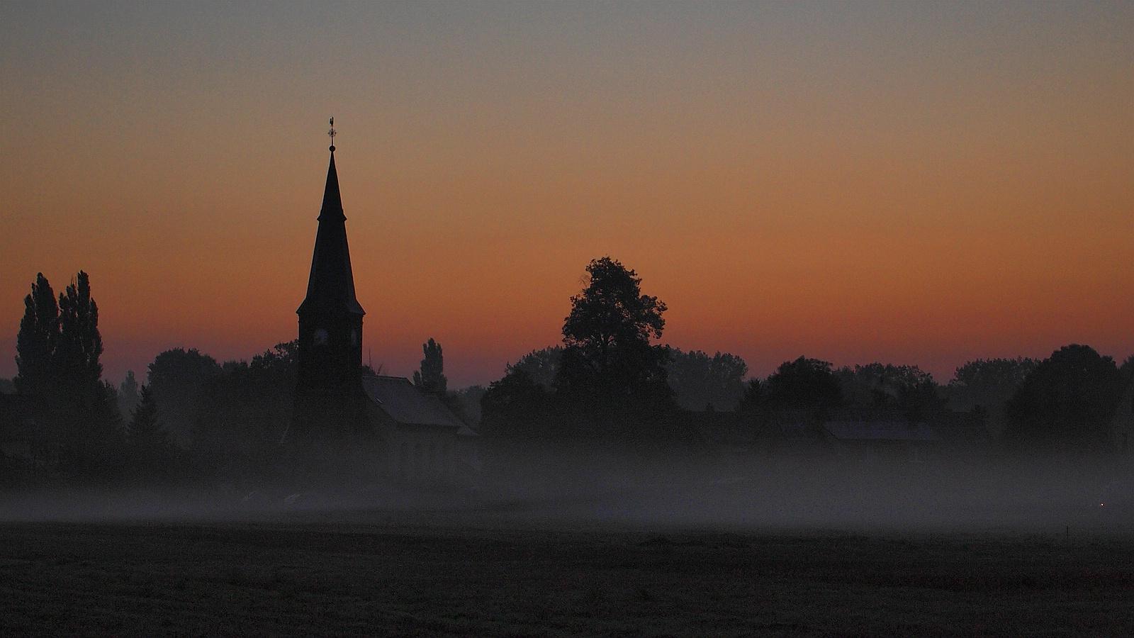 Kirche - morgens auf dem Land