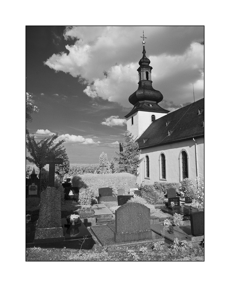 Kirche und Gräber.....