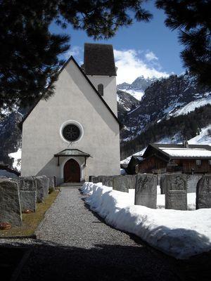 Kirche von Elm, im Hintergrund die Tschingelhörner mit dem Martinsloch
