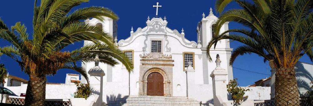 Kirche zwischen Palmen