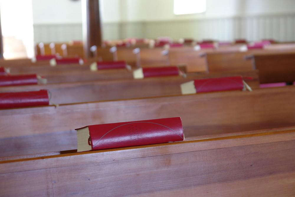 Kirchenbank mit Bibel