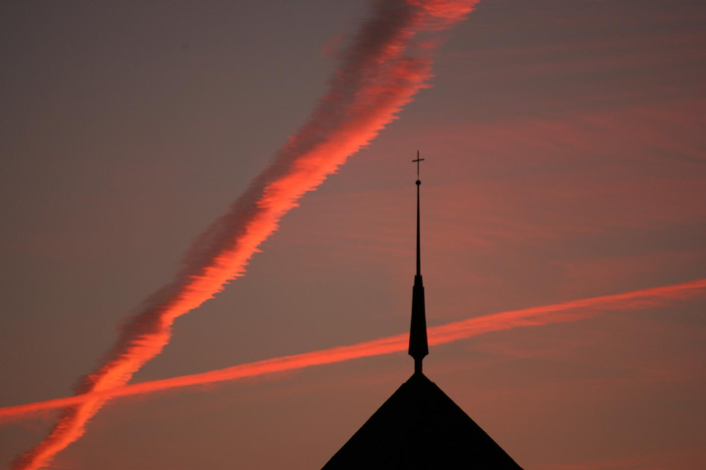 Kirchenkreuz am Abendhimmel