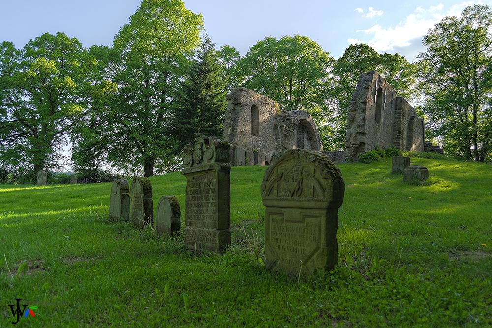 Kirchenruine aus dem 11. Jahrhundert samt Friedhof