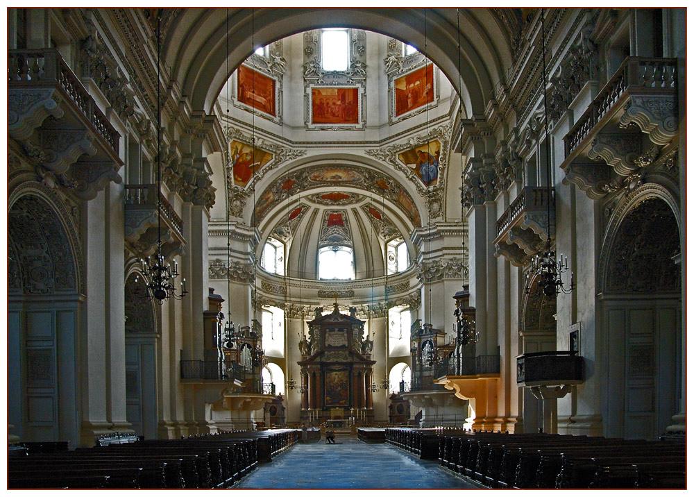 Kirchenschiff im Dom zu Salzburg.
