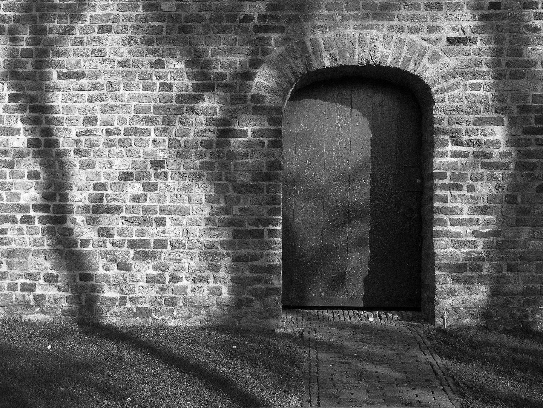 Kirchentür und Schatten, Ameland 2005