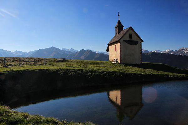 Kirchlein am Ufer