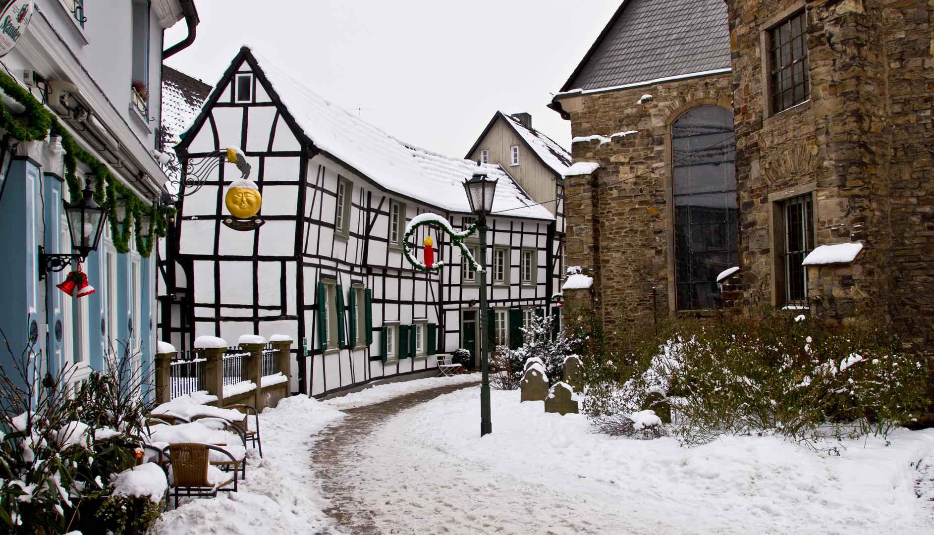 Kirchplatz im Winter
