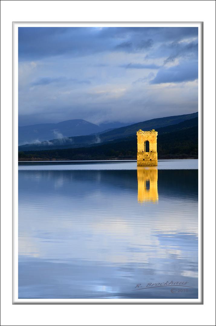 Kirchturm im Stausee bei Vinuesa (Soria/Spanien)