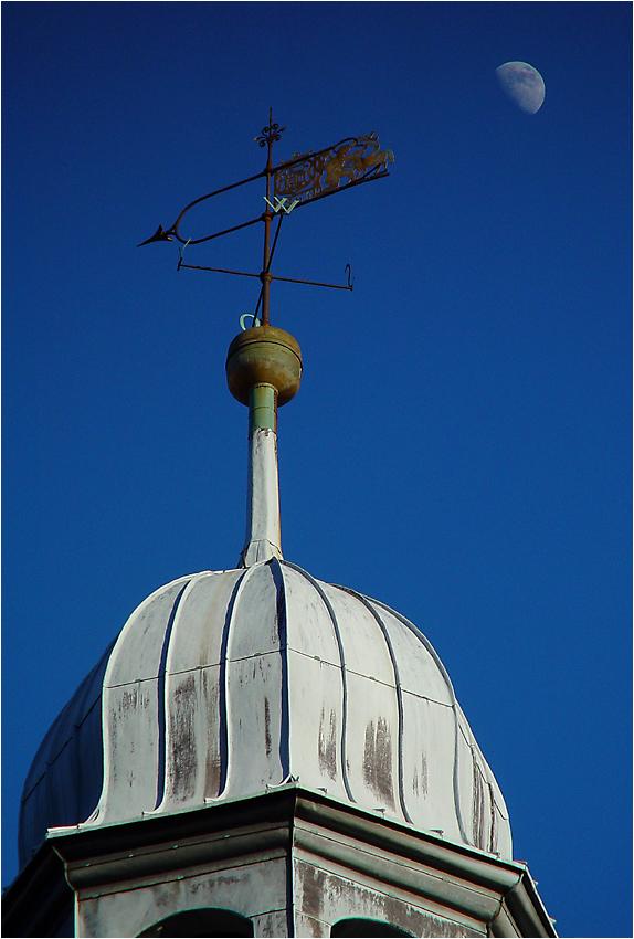 Kirchturm mit Mond