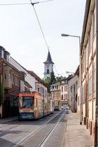 Kirchturm und Straßenbahn