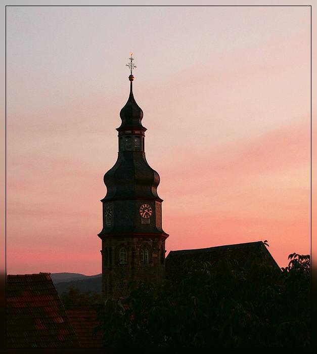 Kirchturm von Kallstadt an der Weinstraße im Abendlicht