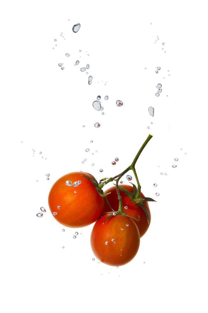 Kirsch-Tomate im Wasser mit Luftblasen