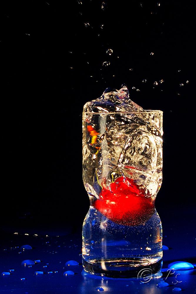 Kirsche im Schnapsglas