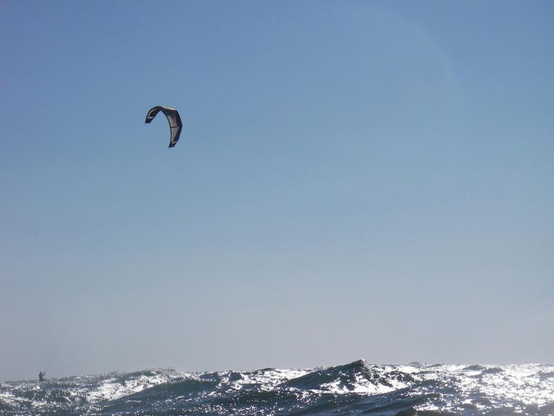 Kite-Surfer in den unendlichen Weiten des Mittelmeers