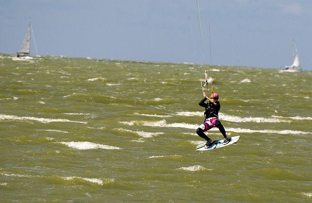 Kite Surferin auf dem Ijsselmeer bei Hindeloopen